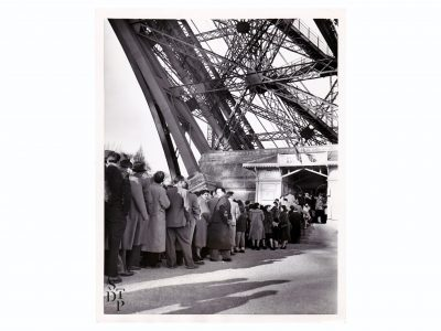 Photo ancienne d'une file d'attente à la Tour Eiffel