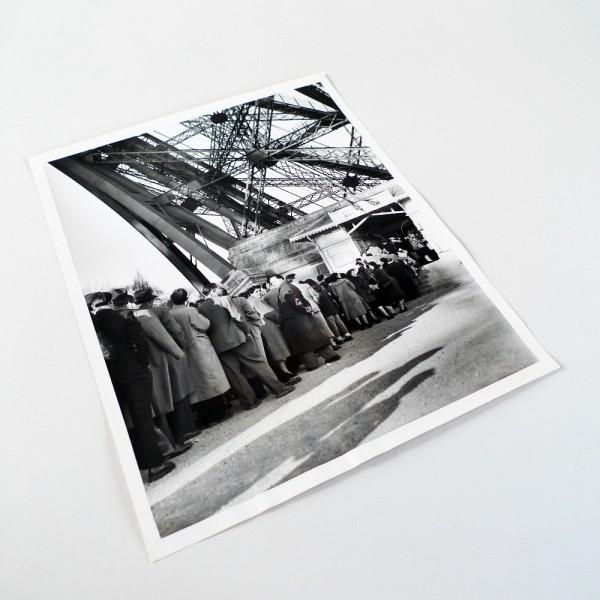 Photo ancienne d'une file d'attente à la Tour Eiffel