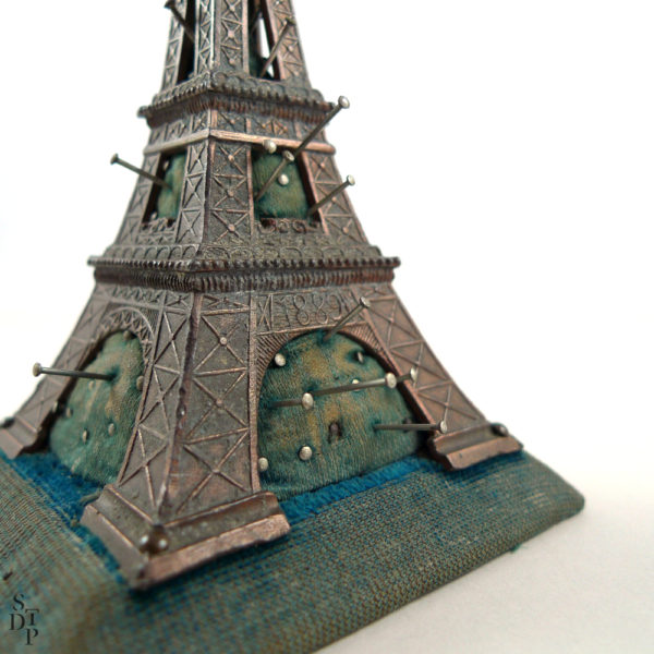 Ancien pique-épingles Tour Eiffel - Souvenir de l'Exposition Universelle de 1889 Souviens Toi De Paris vue 1