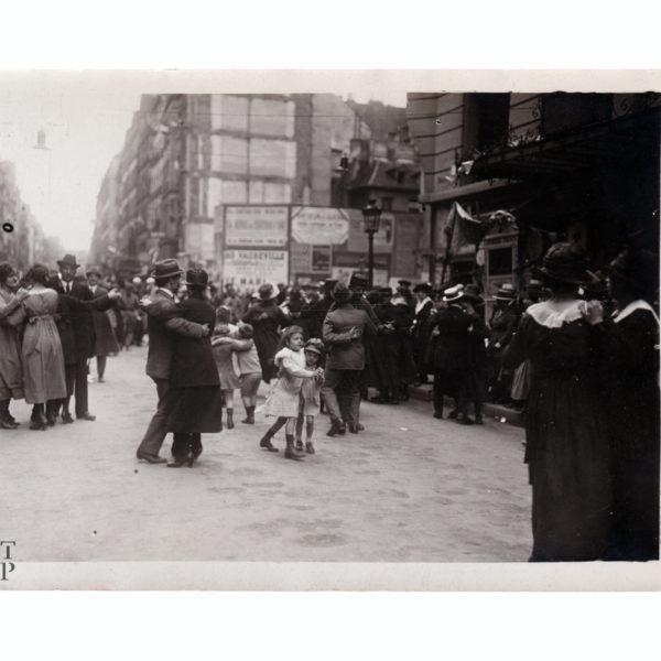 Bal populaire rue du Faubourg Saint-Denis circa 1916 Souviens Toi De Paris vintage photo vue 0 photo ancienne paris vintage
