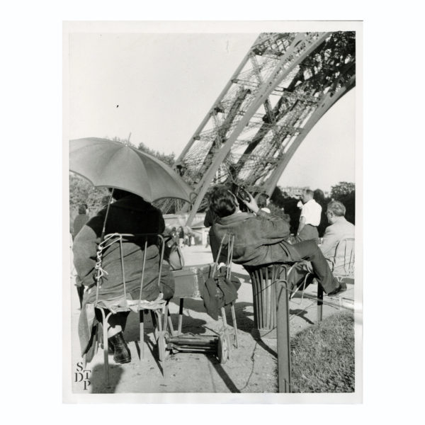 Photo photographe Tour Eiffel à tout prix 1957 Souviens Toi De Paris vintage photo ancienne vue 0