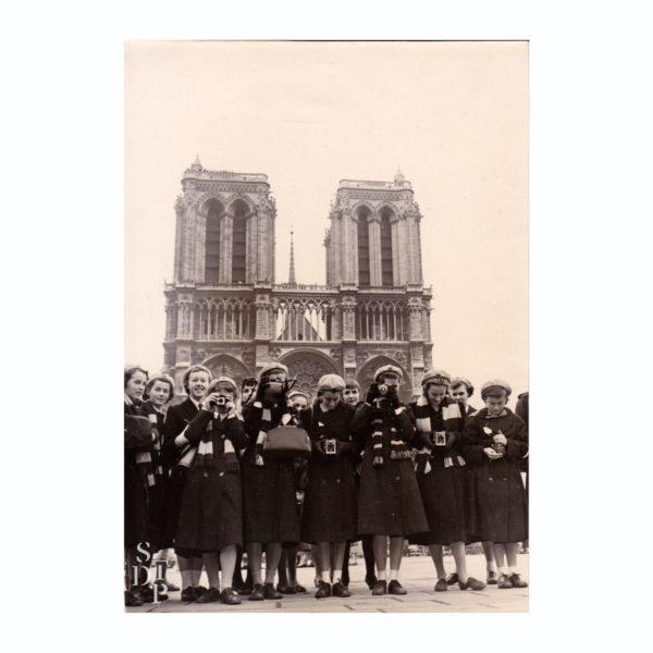 Touristes en uniforme sur le parvis de Notre Dame 1958 Souviens Toi De Paris vue 0 Paris vintage