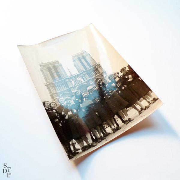 Touristes en uniforme sur le parvis de Notre Dame 1958 Souviens Toi De Paris vue 1 Paris vintage