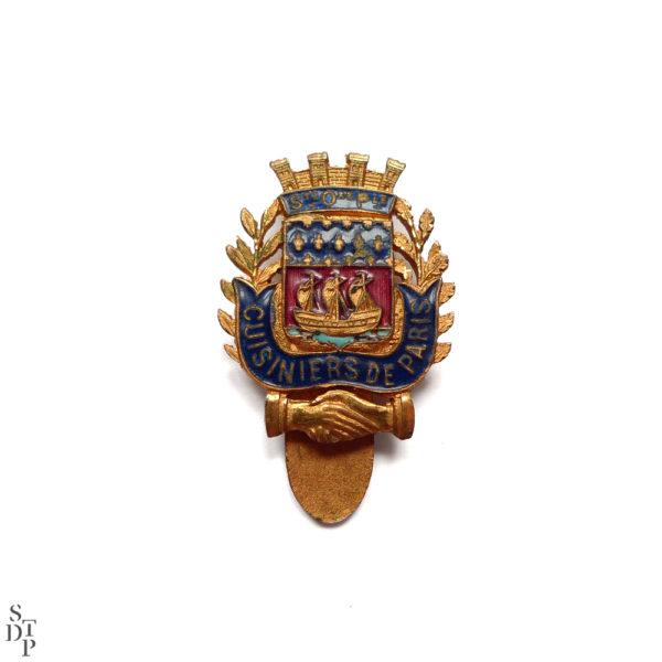 Insigne Société des Cuisiniers de Paris Circa 1920 vue 1 Souviens Toi De Paris vintage enamel pin