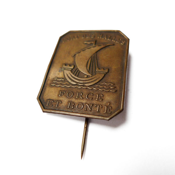 Ancien insigne de fort des halles de Paris devise force et bonté circa 1920 Souviens Toi De Paris parisian vintage souvenir vue 1