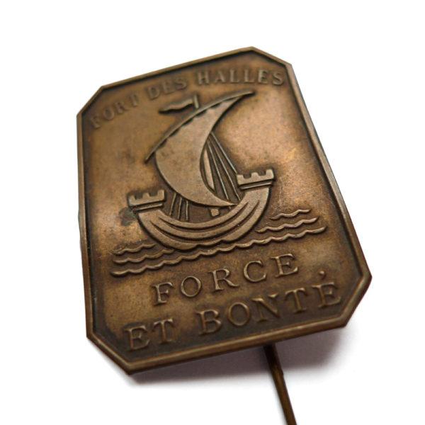 Ancien insigne de fort des halles de Paris devise force et bonté circa 1920 Souviens Toi De Paris parisian vintage souvenir vue 3