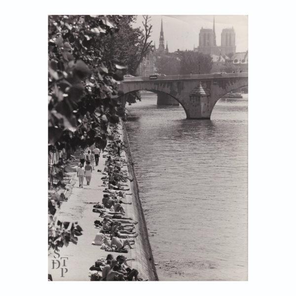 Photographie ancienne Berges de Seine bain de soleil Quai des Tuileries 1984 Keystone Souviens Toi De Paris vintage souvenir vue 0