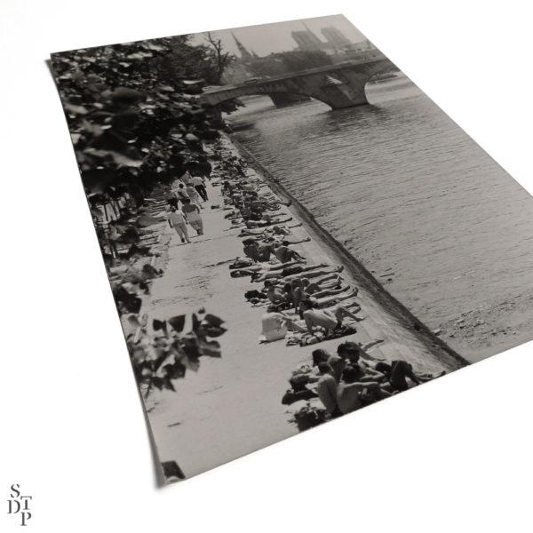 Photographie ancienne Berges de Seine bain de soleil Quai des Tuileries 1984 Keystone Souviens Toi De Paris vintage souvenir vue 1