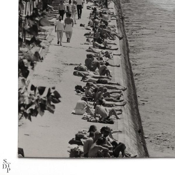 Photographie ancienne Berges de Seine bain de soleil Quai des Tuileries 1984 Keystone Souviens Toi De Paris vintage souvenir vue 2