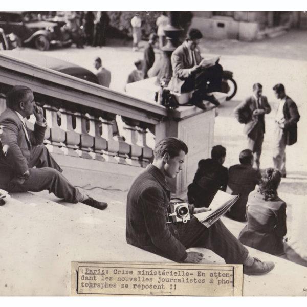Photographie ancienne journalistes au quai d'orsay pendant la crise ministérielle de 1935 Souviens Toi De Paris vintage photo print vue 0