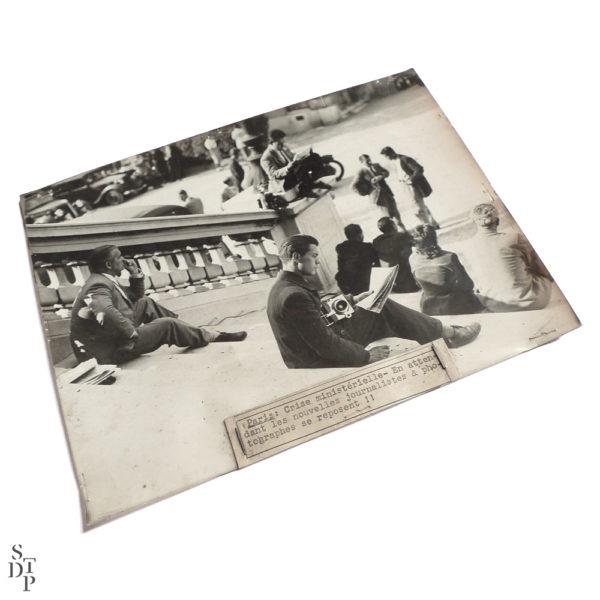 Photographie ancienne journalistes au quai d'orsay pendant la crise ministérielle de 1935 Souviens Toi De Paris vintage photo print vue 1