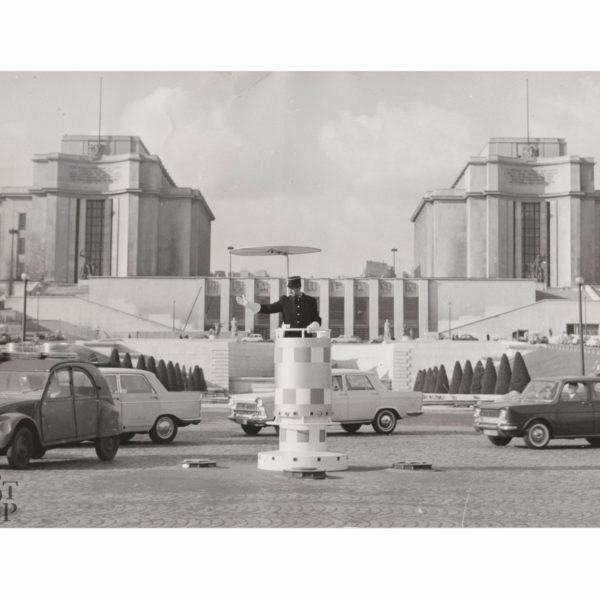 Trocadero et agent de circulation Place de Varsovie Souviens Toi De Paris vue 0 vintage Paris photo