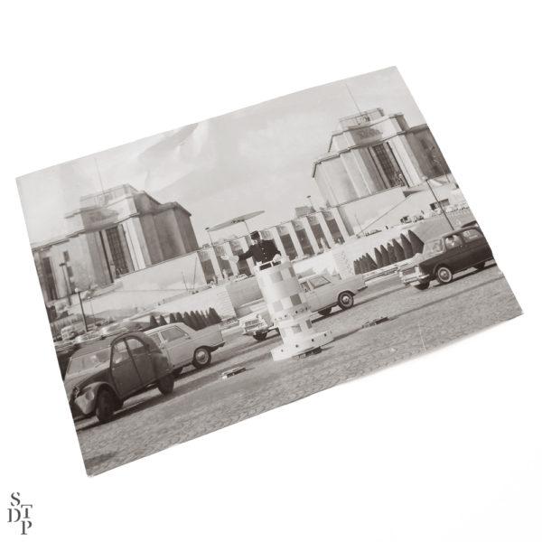 Trocadero et agent de circulation Place de Varsovie Souviens Toi De Paris vue 1 vintage Paris photo