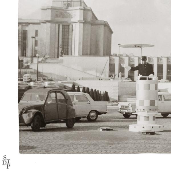 Trocadero et agent de circulation Place de Varsovie Souviens Toi De Paris vue 2 vintage Paris photo